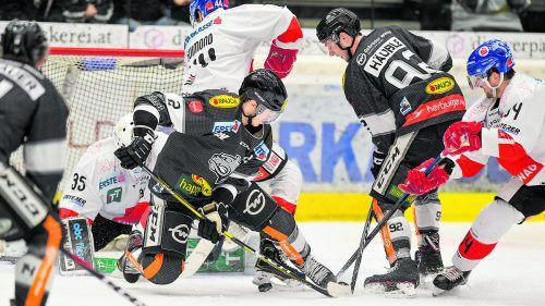 Die Dornbirner Olivier Magnan und Stefan Häußle mühten sich gegen die Innsbrucker Luka Gracnar und Sacha Guimond ab.gepa