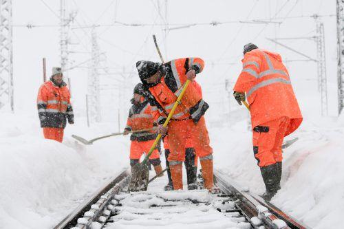 Die Einsatzkräfte standen im Dauereinsatz: Wegen heftiger Schneefälle mussten Bahnstrecken gesperrt werden. apa