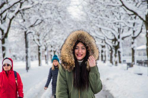 Die Kälte belastet das Immunsystem und macht es anfälliger für Grippeviren. Christina aus Bregenz geht deshalb nur gut eingepackt nach draußen.vn/steurer