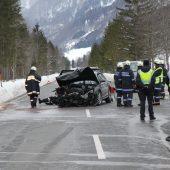 Mehrere Personen bei Unfall eingeklemmt und schwer verletzt