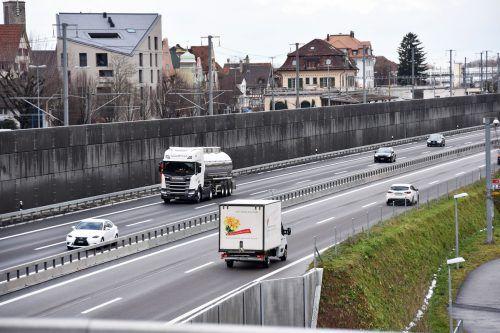 Die Lärmschutzwand Richtung Rheineck ist nach Meinung vieler Gaißauer für mehr Lärm auf Vorarlberger Seite verantwortlich. ajk