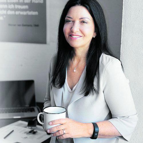 """""""Die Regierung zieht den Arbeitnehmern heimlich Milliarden aus der Tasche"""", sagt Manuela Auer (FSG)."""