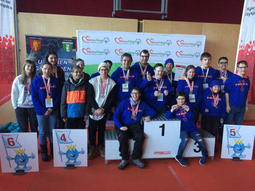 Die Sportler des Special Olympics Subfachverbands Vorarlberg und des Sonderpädagogischen Zentrums Bludenz präsentieren stolz ihre gewonnenen Medaillen. SO Vorarlberg