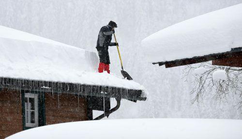 Die steigende Schneelast auf dem Dach bereitet so manchem Hausbesitzer in der nördlichen Obersteiermark Sorgen. APA