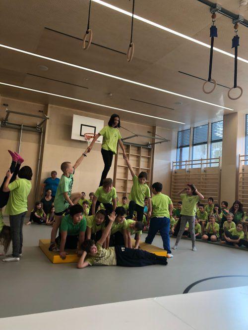 Die Volksschüler feierten die neue Turnhalle mit Gesang und einer Turneinlage.