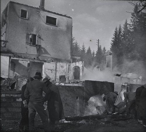 Direktor Amon, seine Frau, die Serviererin und der Koch hatten nichts von einem Feuer bemerkt, als sie gegen 2.30 Uhr schlafen gingen. Postkartensammlung, Norbert Bertolini, Vorarlberger Landesbibliothek