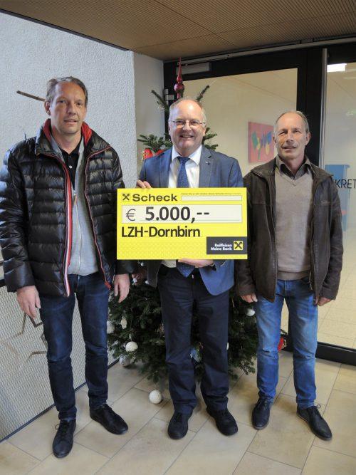 Direktor Johannes Mathis bedankte sich bei Bernd Winsauer und Hans-Jörg Winsauer für die großzügige Spende.cth