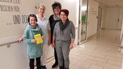 Direktorin Manuela Diem übergab gemeinsam mit Patrizia Hager und ihrer Tochter Tarja die Spende an Brigitte Sperger vom Verein Seiltänzer.VMS Koblach
