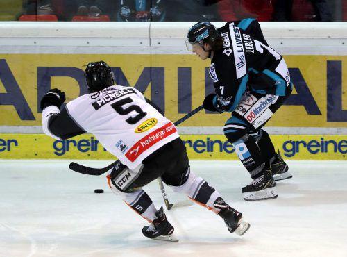Dornbirns Verteidiger Reid McNeill versucht den Sturmlauf von Linz-Torjäger Brian Lebler zu stoppen. gepa