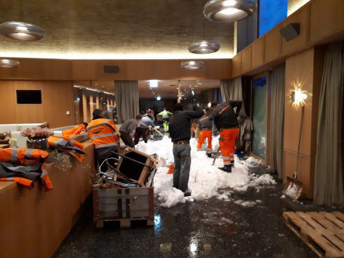 Dutzende Helfer schaufelten den schweren Schnee aus den Räumlichkeiten. Säntis