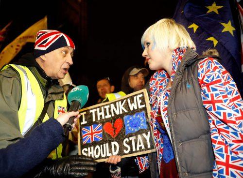 Ein Brexit-Befürworter diskutiert vor dem Londoner Parlament mit einer Anti-Brexit-Aktivistin. AFP