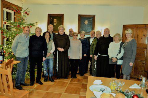 """Ein Dankeschön an die """"Klosterfamilie"""" (nicht ganz vollständig) gab es zum Jahresausklang. eh"""