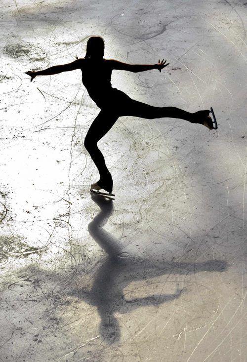 Ein Eisläufer erzeugt unter seinen Kufen so viel Wärme, dass er damit durch Schmelzen eine 40 tausendstel Millimeter dicke Wasserschicht erzeugen kann.Reuters