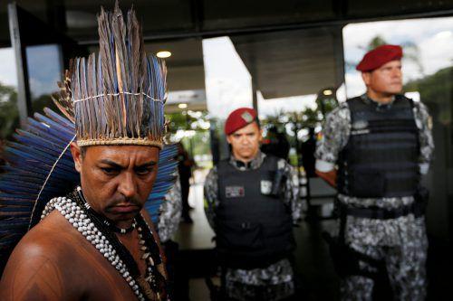 Ein Indigener will Präsident Bolsonaro einen Protestbrief überbringen. reuters
