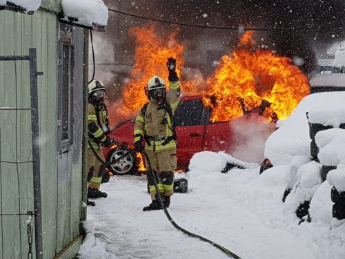 Ein Pkw bei einem Autohändler stand lichterloh in Flammen. ff hohenems