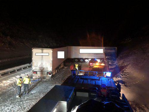 Ein Sattelzug kam nicht mehr rechtzeitig zum Stehen und prallte seitlich gegen das Heck des querstehenden Lkw. Feuerwehr Leutkirch