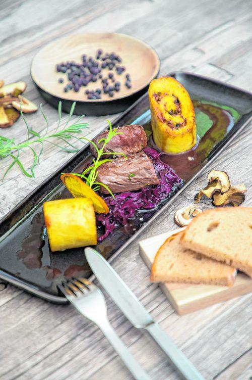 Ein wunderbares Gericht für feierliche Anlässe: Rehrücken mit Kartoffelroulade, Pilzfülle und Rotkraut.VN/Philipp steurer