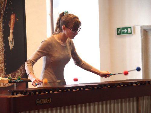 Eine spannende musikalische Einlage präsentierte die ungarische Perkussion-Virtuosin Veronika Tóth-Potzner auf einem großen Marimbaphon. JU
