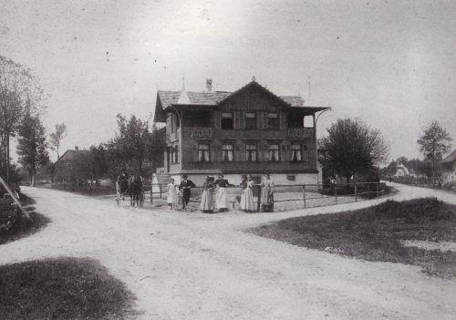Eine Straßenszene vor dem damaligen Gasthaus Lamm.