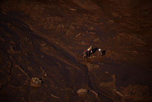 Einsatzkräfte sondierten zuerst den Untergrund und gruben dann nach Verschütteten. Zwölf Millionen Kubikmeter Schlamm ergossen sich über die Umgebung. AFP
