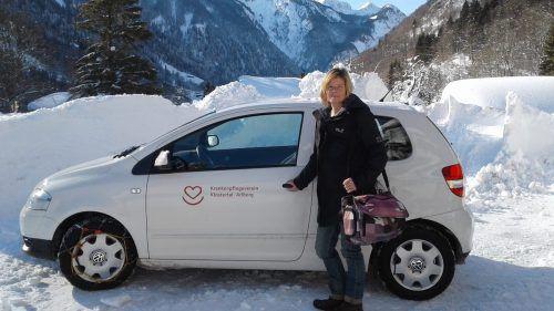 Elsbeth Bertel mit dem ausgeschaufelten Fahrzeug des KPV. bertel
