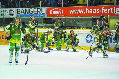 Enttäuschte Gesichter beim EHC Lustenau nach der Finalniederlage, die jungen Salzburger feierten in der Rheinhalle den Meistertitel. gepa