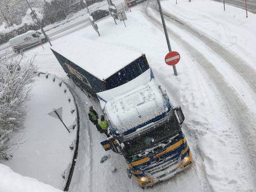Feuerwehrgroßeinsatz am Weidachknoten: Etliche Lkw blieben im Schnee hängen. Eine Schneekettenpflicht wurde verhängt. VOL.AT/Rauch