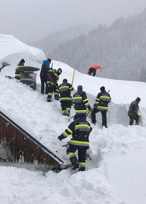 Feuerwehrleute schaufeln in Pölstal ein Dach frei. APA/Gemeinde Pölstal