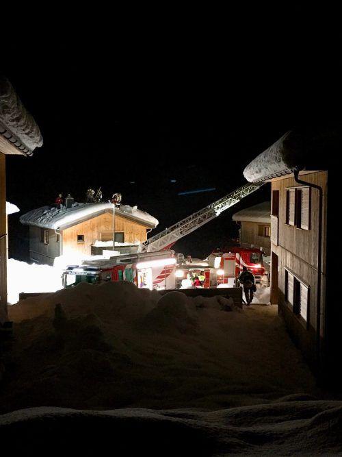 Bei einem großangelegten Einsatz räumte die St. Gallenkircher Feuerwehr die Dächer des Resorts ab. VN