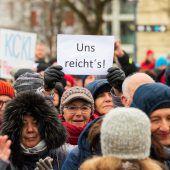 Rund 1000 Menschen kamen zur Sonntagsdemonstration nach Bregenz. A8
