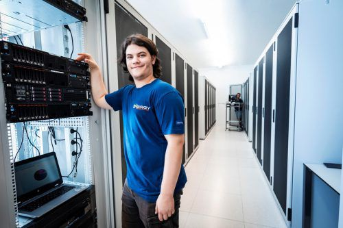Für Phillip Bernecker ist der Beruf auch Hobby, Computer faszinieren ihn.