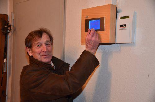 Gebhard Reinalter erklärt die neue Innenuhr.DOB