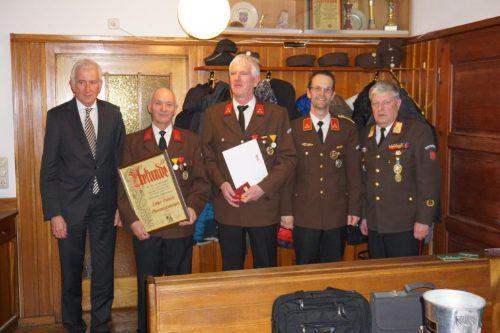 Geehrte Mitglieder der Ortsfeuerwehr Tosters mit Bürgermeister Wilfried Berchtold und Bezirksfeuerwehrinspektor Manfred Morscher.OF Tosters