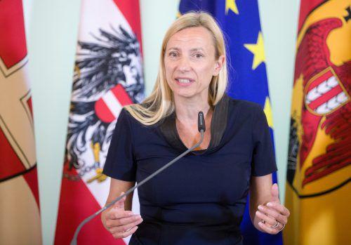 Gewalt nehme stark zu, meint Frauenministerin Bogner-Strauß. Es brauche eine zentrale Anlaufstelle für Notfälle. APA