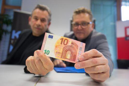 Hubert Dragaschnig und Augustin Jagg drücken einmal jedem Theaterbesucher einen Zehn-Euro-Schein in die Hand. hartinger