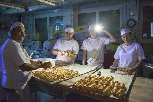 Im Schein von Taschenlampen wurde in der Bäckerei Begle der Teig vorbereitet.