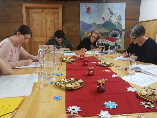 Im Schnitt treffen sich sieben Autorinnen zum gemeinsamen Schreiben im Schlosserhus. Der Abend ist aus einem Kurs heraus entstanden. Brandt