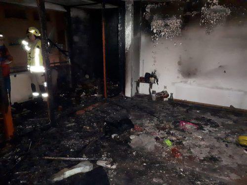 In der Hermann-Prey-Straße kam es in einem Mehrparteienhaus zum Brand einer Wohnung, die dabei völlig zerstört wurde.