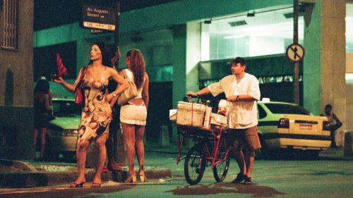 In Südamerika müssen Transgender ihr Leben und operative Eingriffe durch Prostitution finanzieren, nur so billigt die Gesellschaft ihnen ein Stück Raum zu. Dennoch werden sie zur Zielscheibe gesellschaftlicher Aggressionen.m. greber