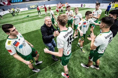 Jubel bei 1b-Turniersieger Lauterach mit Trainer Gerhard Sulzbacher.VN-Stiplovsek