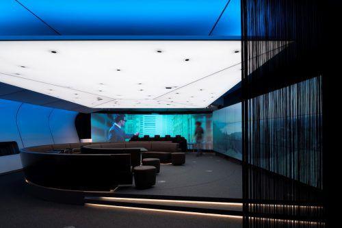 Kooperationsprojekt von Typico und Zumtobel Group: Eine großflächige Textilleuchte im Terminal V von Hefel Wohnbau in Lauterach. J.Ellensohn/Zumtobel