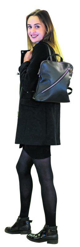 Lässig             Lisa mit einem trendigen Rucksack mit diagonalem Reißverschluss. Gesehen bei Shoe4you um 74,95 €.               stiplovsek
