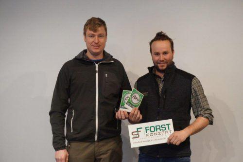 Mathias Loidl überreicht Simon Fink die ZÖFU-Plakette. fa