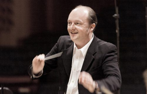Mit Werken von Edvard Grieg, Hector Berlioz und Antonín Dvořák wird es romantisch und melodienselig bei den ersten beiden Konzerten des SOV in diesem Jahr. François Leleux, Oboist und Dirigent, leitet das Orchester. T. kost