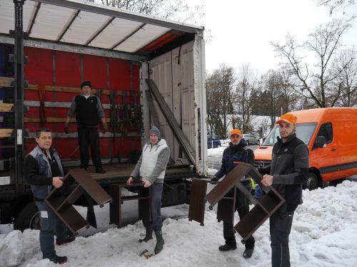 Mitarbeiter von Gebrüder Weiss laden die Möbel vom Bregenzer Hotel Mercure in den Lkw und transportieren sie nach Sibiu in Rumänien. gebrüder weiss