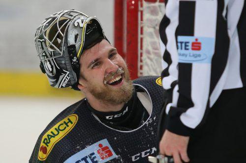 Nach 42 abgewehrten Schüssen hat Dornbirns Rasmus Rinne gut lachen. Der Torhüter war wieder einmal der große Rückhalt für die Bulldogs. gepa