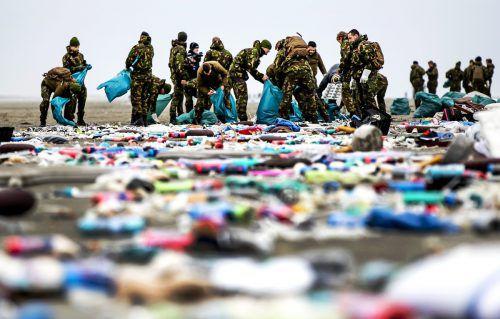 Nach der Havarie landete Treibgut an der niederländischen Küste. AFP