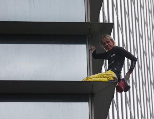 Nach seiner Kletteraktion in Manila nahm die Polizei Alain Robert fest. AP
