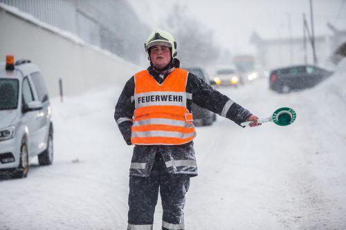 """Nichts geht mehr! Immer wieder mussten Fahrzeuglenker angesichts der Schneefahrbahn w.o.-geben. In Braz blieben innerhalb kürzester Zeit ein Rettungsauto, zwei Lkw und ein Auto an derselben Stelle hängen. Bei der Rettungs- und Feuerwehrleitstelle (RFL) in Feldkirch sprach man dennoch von einem """"normalen"""" Tag. """"Alles im grünen Bereich"""", meldete der Einsatzleiter am Nachmittag."""