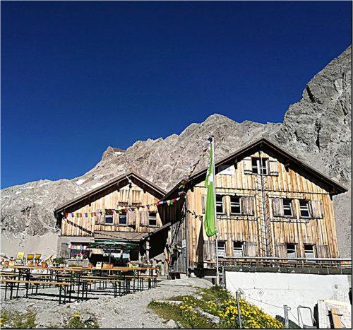 Noch im unversehrten Zustand: der Haupttrakt der Totalphütte im Sommer. alpenverein
